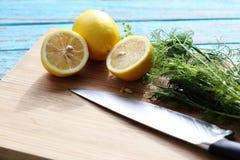 Подготавливать еду для салата соуса ингридиентом лимон и кориандр на деревянном блоке стоковая фотография