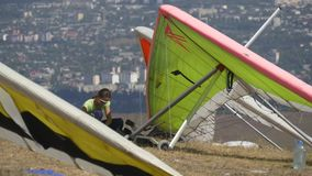 Подготавливать женщины пилотный для взлета на планере вида на конкуренциях акции видеоматериалы