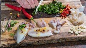 Подготавливать ингридиенты для макаронных изделий с кальмарами каракатицами и чернилами: петрушка вырезывания Стоковая Фотография RF
