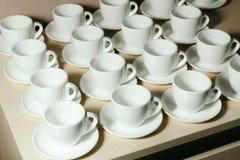 Подготавливать новые комплекты кофейной чашки стоковое изображение rf