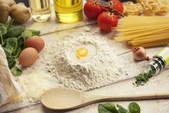 Подготавливать домодельную традиционную итальянскую еду Стоковые Изображения