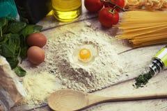 Подготавливать домодельную традиционную итальянскую еду Стоковое фото RF
