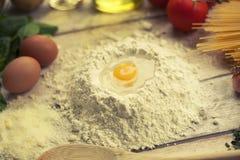 Подготавливать домодельную традиционную итальянскую еду Стоковая Фотография