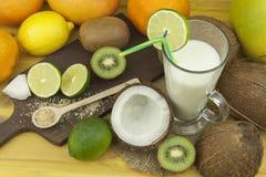 Подготавливать освежающий напиток кокоса ввпейте тропическое Таблица на баре пляжа Тропический плодоовощ для делать alco Стоковое Изображение