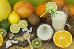 Подготавливать освежающий напиток кокоса ввпейте тропическое Таблица на баре пляжа Тропический плодоовощ для делать alco Стоковые Изображения