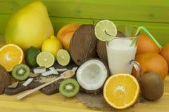 Подготавливать освежающий напиток кокоса ввпейте тропическое Таблица на баре пляжа Тропический плодоовощ для делать alco Стоковое Изображение RF