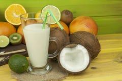Подготавливать освежающий напиток кокоса ввпейте тропическое Таблица на баре пляжа Тропический плодоовощ для делать alco Стоковая Фотография RF