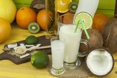 Подготавливать освежающий напиток кокоса ввпейте тропическое Таблица на баре пляжа Тропический плодоовощ для делать alco Стоковая Фотография