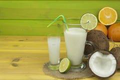 Подготавливать освежающий напиток кокоса ввпейте тропическое Таблица на баре пляжа Тропический плодоовощ для делать alco Стоковые Фотографии RF
