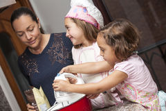 Подготавливать пирожные с мамой стоковая фотография