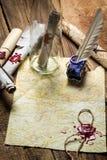 Подготавливать послать старое письмо в бутылке и запись с b стоковое изображение