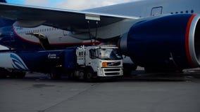 Подготавливать самолет для отклонения сток-видео