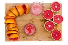 Подготавливать свеже сжиманный рубиновый сок грейпфрута Стоковое Фото