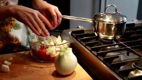 Подготавливать свежие овощи сток-видео