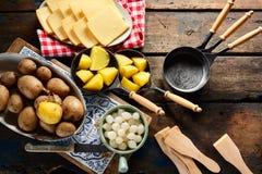 Подготавливать традиционную швейцарскую еду raclette стоковые фотографии rf