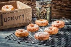 Подготавливать украсить donuts с сахаром порошка Стоковая Фотография