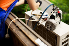 Подготавливать установить новый кондиционер воздуха Стоковое фото RF