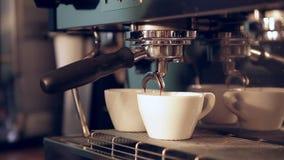 Подготавливать чашки эспрессо на кофейне акции видеоматериалы