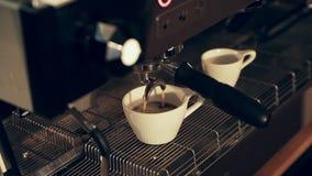 Подготавливать чашки эспрессо на кофейне сток-видео