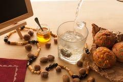 Подготавливать чая китайского цветка зеленого с комплектом жасмина с свежими как раз испеченными пирожными стоковое фото