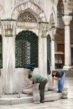 Подготавливать для молитвы в Стамбуле Стоковые Изображения