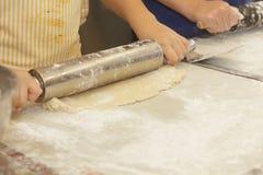 Подготавливающ и делающ яблочные пироги Стоковые Изображения