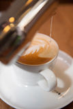 Подготавливающ чашку капучино - coffiecup Стоковое фото RF