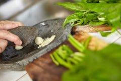 Подготавливающ японский sauted шпинат Стоковые Изображения RF