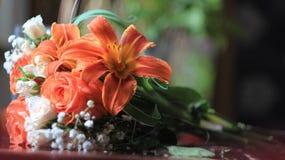Подготовка букета, роз и лилий свадьбы на таблице Стоковое Изображение