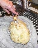 Подготовка вареников в салфетке Стоковые Фото