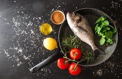 Подготовка зажаренной рыбы Стоковые Изображения