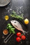 Подготовка зажаренной рыбы Стоковые Изображения RF