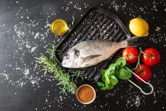Подготовка зажаренной рыбы Стоковая Фотография RF