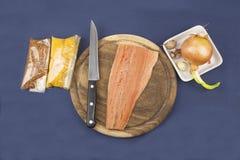Подготовка замороженных семг, домашняя кухня Стоковые Фото
