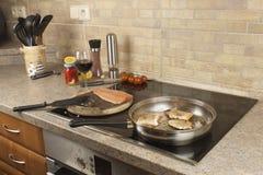 Подготовка замороженных семг, домашняя кухня Стоковое Изображение RF