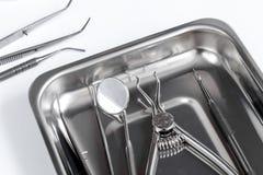 Подготовка зубоврачебных аппаратур перед работой Стоковые Фотографии RF