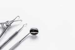Подготовка зубоврачебных аппаратур перед работой Стоковое Изображение