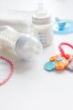 Подготовка младенца смеси подавая на белой предпосылке Стоковое Фото