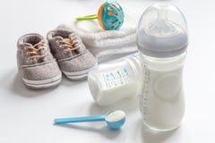 Подготовка младенца смеси подавая на белой предпосылке Стоковое Изображение