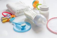Подготовка младенца смеси подавая на белой предпосылке Стоковые Фото
