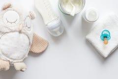 Подготовка младенца смеси подавая на белом взгляд сверху предпосылки Стоковая Фотография RF