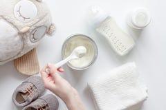 Подготовка младенца смеси подавая на белом взгляд сверху предпосылки Стоковые Фото