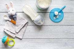 Подготовка младенца смеси подавая на деревянном взгляд сверху предпосылки Стоковая Фотография RF