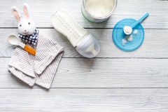 Подготовка младенца смеси подавая на деревянном взгляд сверху предпосылки Стоковые Изображения RF