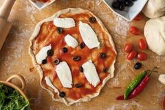 Подготовка пиццы ветчины на деревянной предпосылке Стоковые Фото