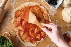 Подготовка пиццы ветчины на деревянной предпосылке Стоковое Фото