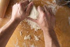 Подготовка пиццы ветчины на деревянной предпосылке Стоковое Изображение