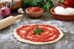 Подготовка пиццы Стоковые Изображения