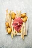 Подготовка спаржи с филе и картошками сырого мяса стоковая фотография rf