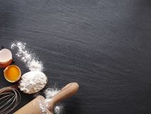 Подготовка теста Ингридиенты выпечки: яичко и мука Стоковая Фотография